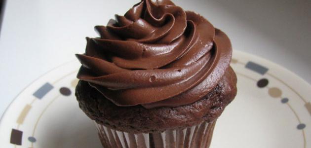 صورة كريمة الشوكولاته لتزيين الكيك , تزيين الكيك بكريمة الشكولاتة