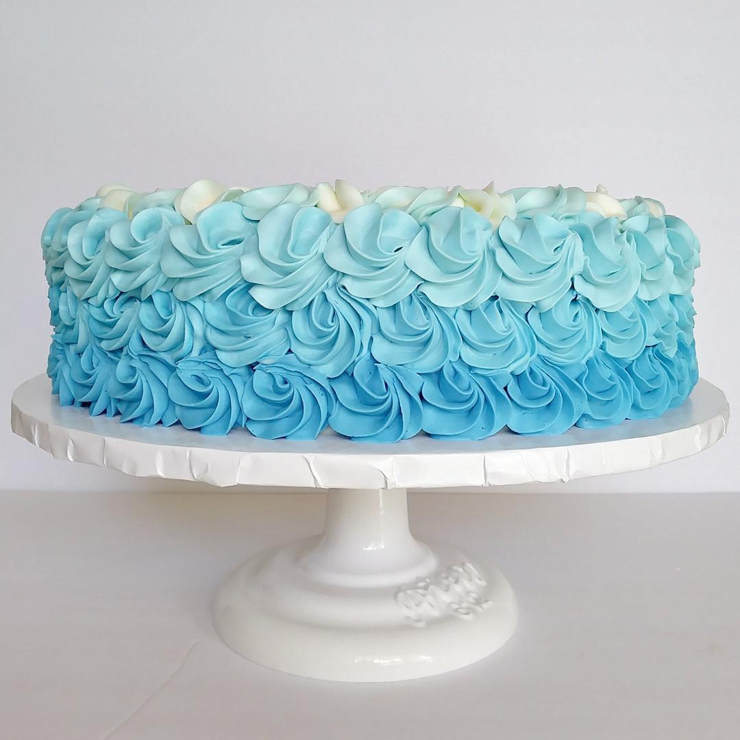 صورة طرق تزيين الكيك بسيطة , تزيين الكعك بصوص الشوكولاة والفواكه