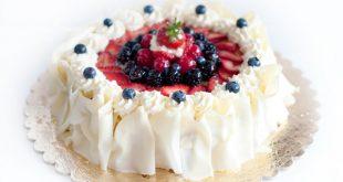 صور طرق تزيين الكيك بسيطة , تزيين الكعك بصوص الشوكولاة والفواكه