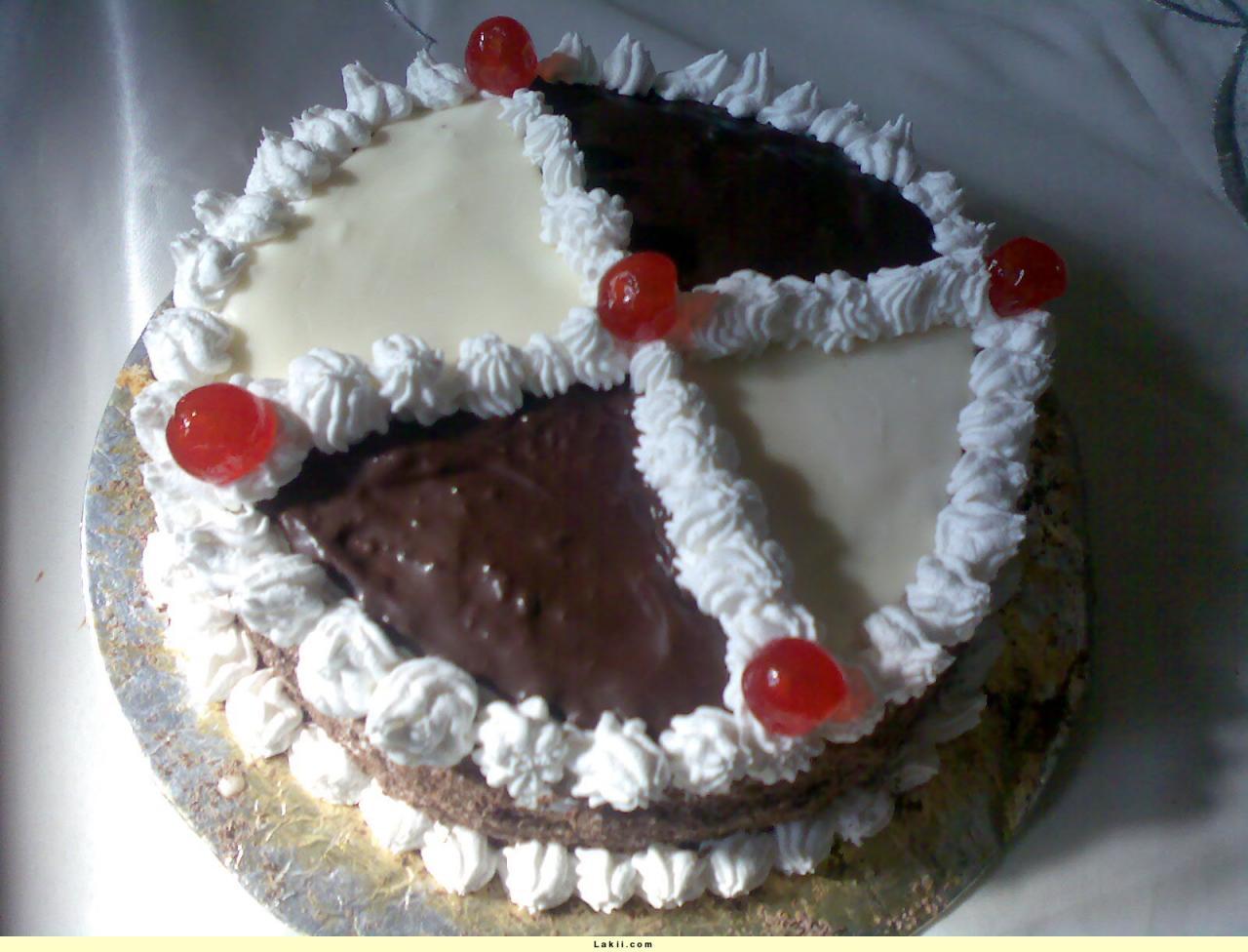 صورة طرق تزيين الكيك بسيطة , تزيين الكعك بصوص الشوكولاة والفواكه 11830 4