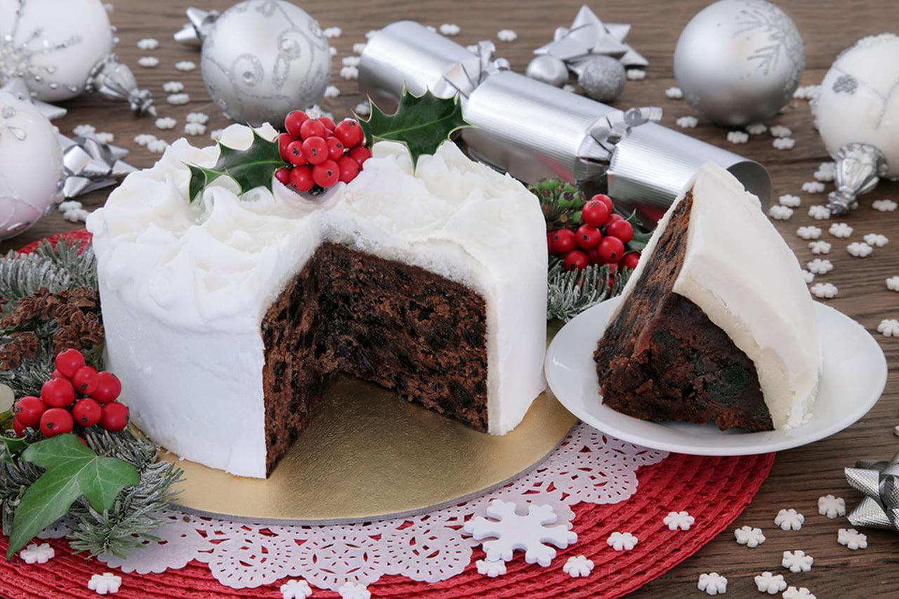 صورة طرق تزيين الكيك بسيطة , تزيين الكعك بصوص الشوكولاة والفواكه 11830 5