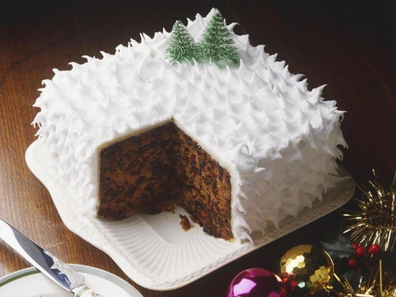 صورة طرق تزيين الكيك بسيطة , تزيين الكعك بصوص الشوكولاة والفواكه 11830 6