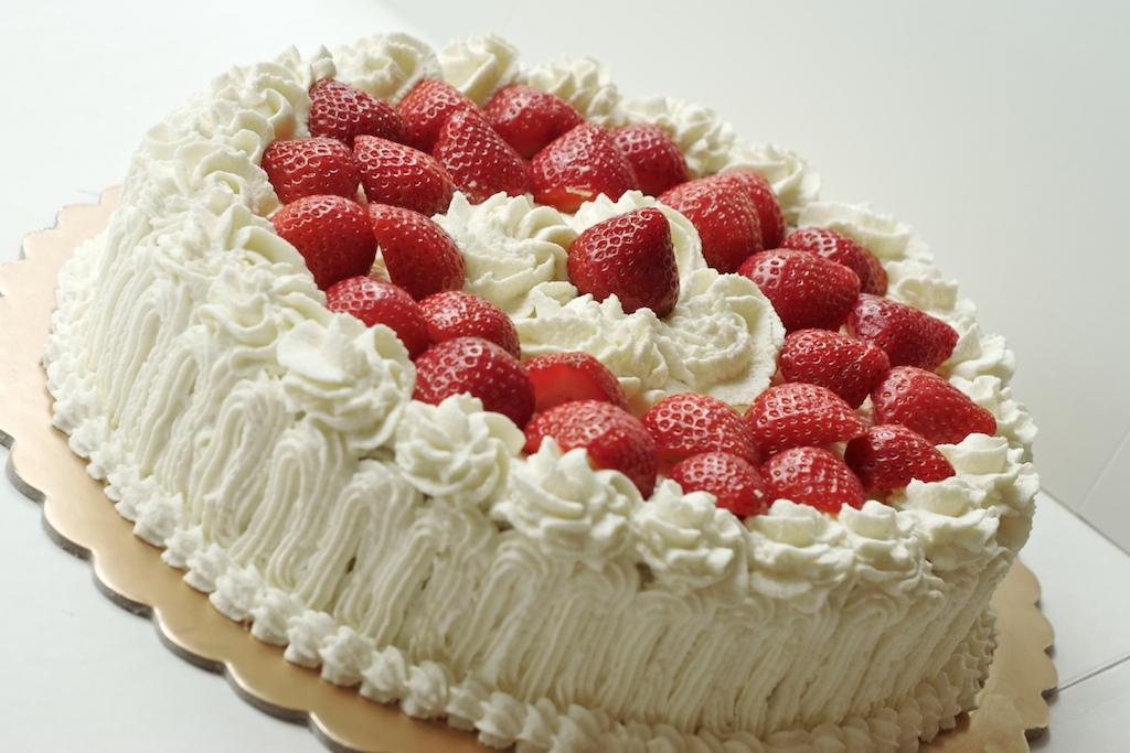 صورة طرق تزيين الكيك بسيطة , تزيين الكعك بصوص الشوكولاة والفواكه 11830 8